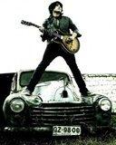 Картинка гитарист на капоте классического автомобиля 128x160