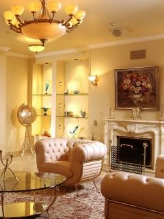 Гостиная, столик, картина, кресла, люстра, камин 240x320 картинка
