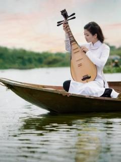 Азиатка, девушка, музыка, инструмент, лодка, водоем 240x320 обои
