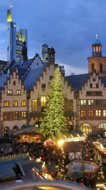рождественская ярмарка, елка, люди, дома, огни, гирлянды, небо 360x640 обои на телефон