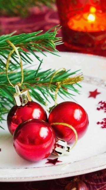Новый год, елка, иголки, игрушки, шарики, свечка, тарелка 360x640 обои на смартфон