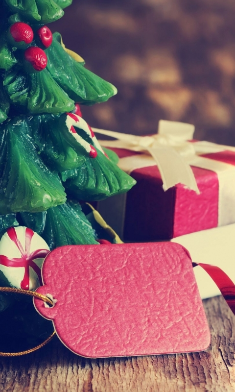 елка, подарок, коробка, новый год, украшения, брелок, ленточки 480x800 картинка скачать