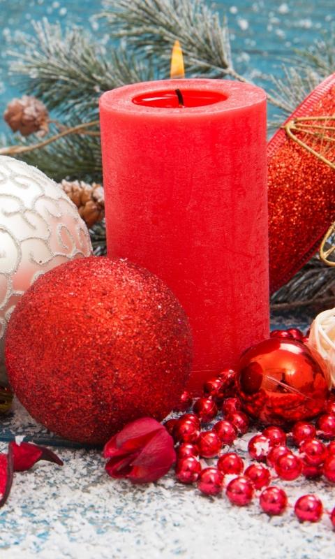 Обои свеча, игрушки, елка, ветка, иголки, снег, огонь, шарики, цветок, бусы, украшения, рождество 480x800