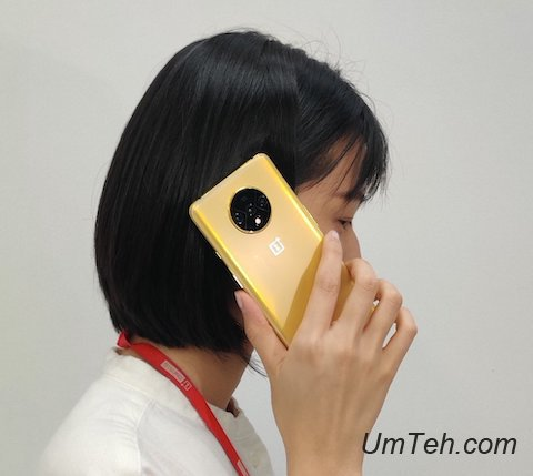 девушка с OnePlus 7T золотой