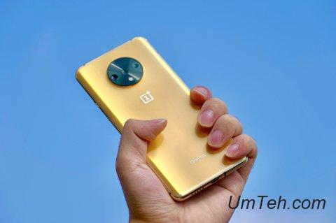 OnePlus 7T золотого цвета